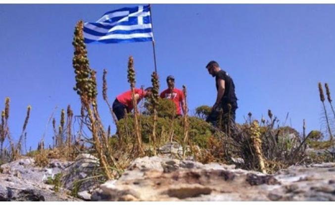 Komandolarımızdan Yunan bayrağına gece operasyonu